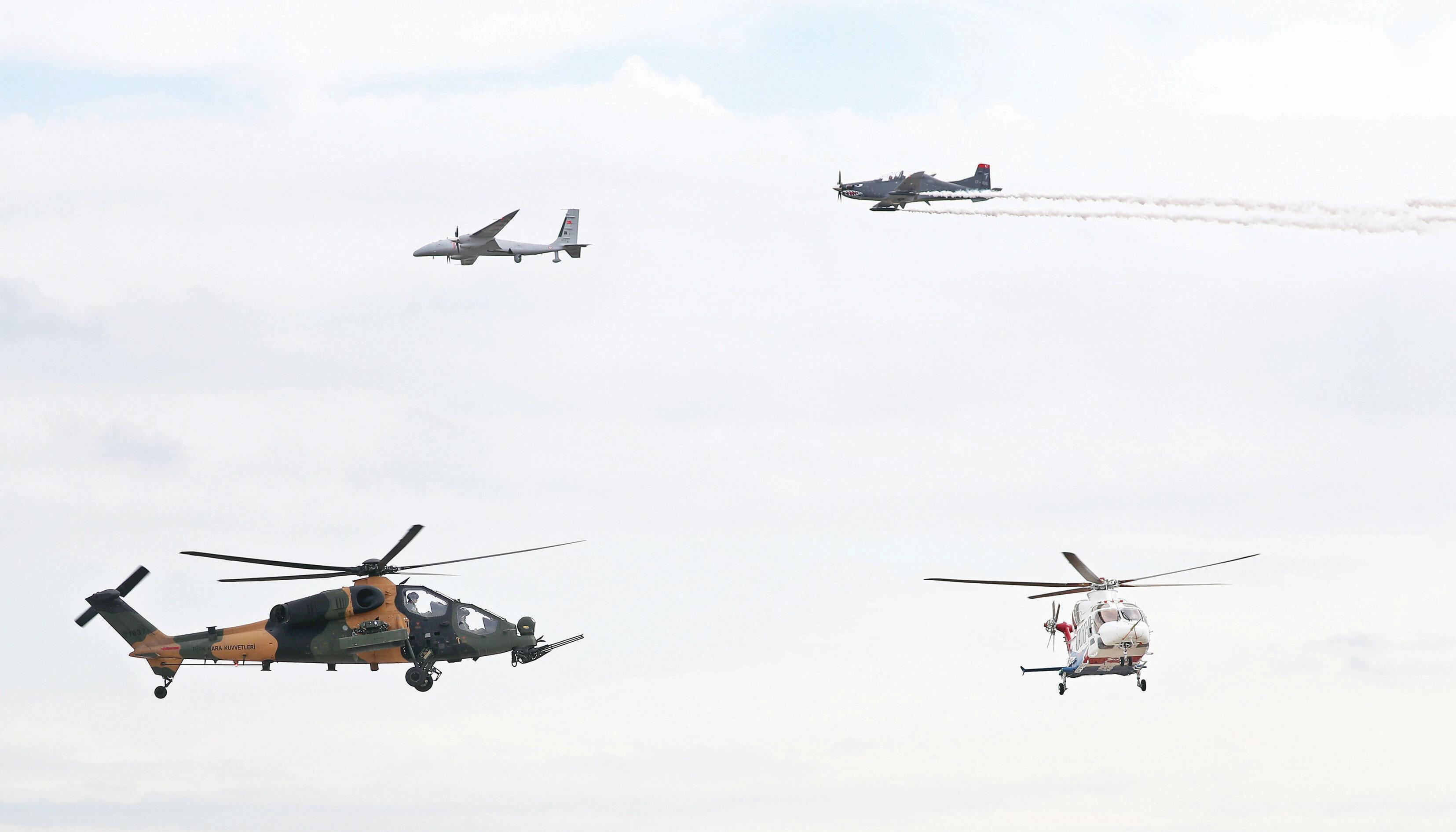 Gösteri uçuşu yapan Akıncı TİHA, ATAK helikopteri, HÜRKUŞ ve GÖKBEY aynı karede yer aldı. Akıncı'nın gösteri uçuşunu Selçuk Bayraktar da ailesi ile birlikte izledi.