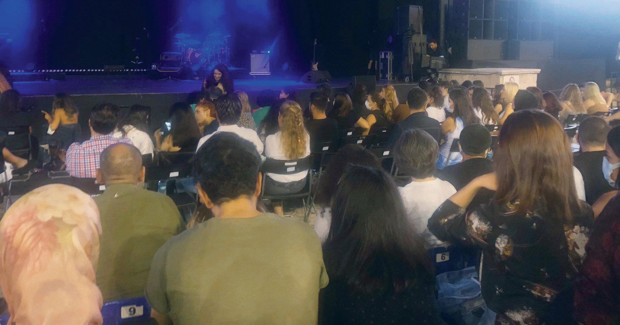 'Sosyal mesafesiz' konserde, maske kuralına riayet edilmediği gibi zaman zaman sigara içenler bile oldu.