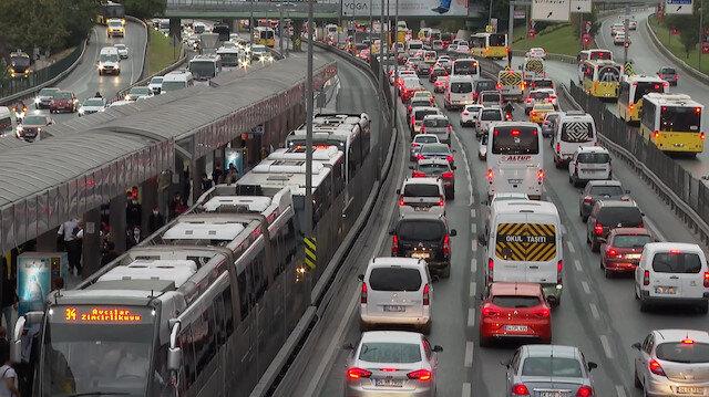 Bir İstanbul klasiği: Trafik yoğunluğu ve metrelerce uzanan kuyruklar