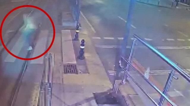 Tramvay yolunda polisin kullandığı motosiklet kırmızıda geçen yayaya çarptı