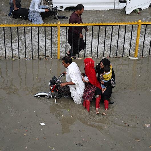 Pakistanda muson yağmurları sonrası cadde ve sokaklar göle döndü