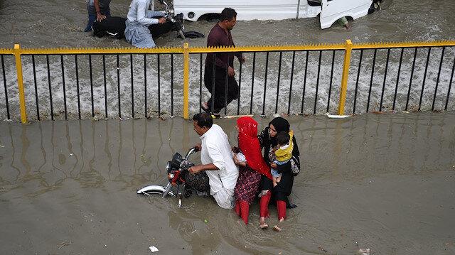 Pakistan'da muson yağmurları sonrası cadde ve sokaklar göle döndü