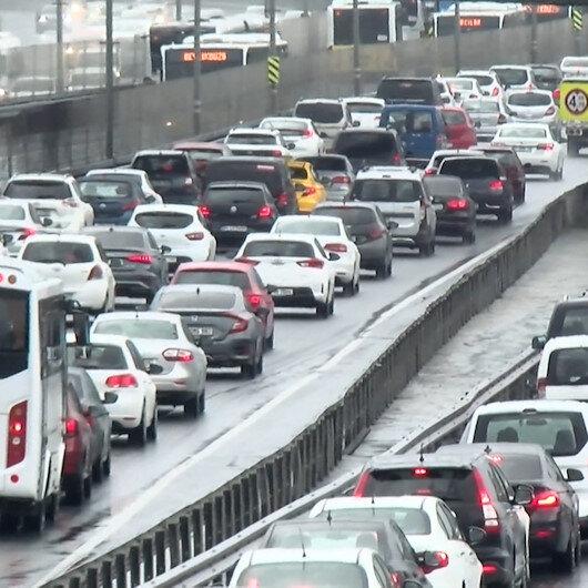 Felç olan İstanbul trafiği sağanak sonrası durma noktasına geldi
