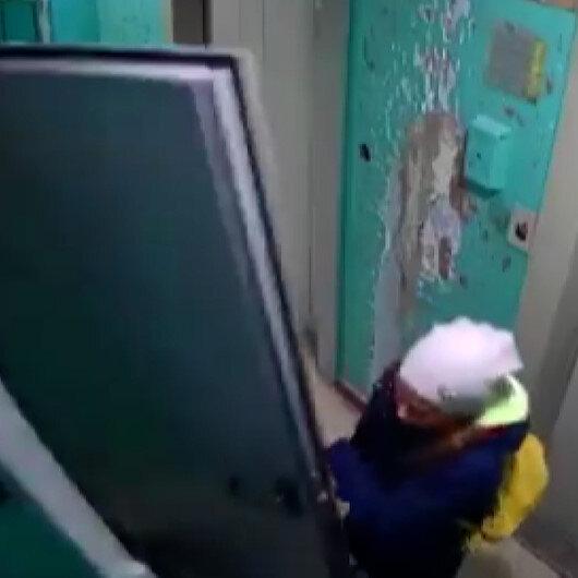 Rusyada üzerine çelik kapı devrilen genç kız kameraya yansıdı