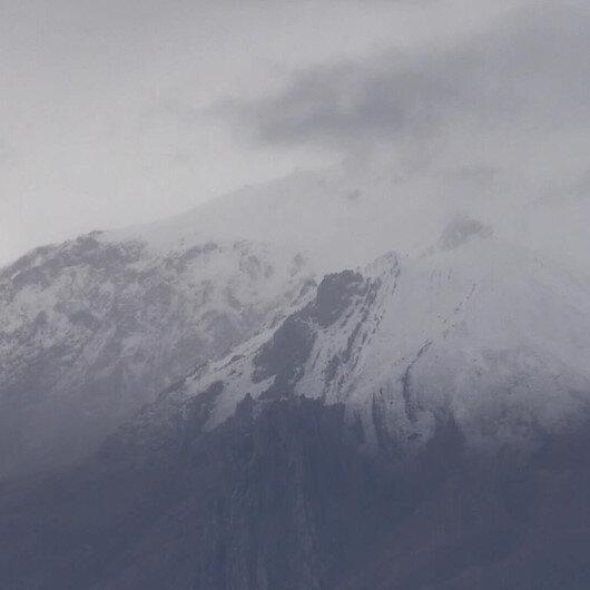 Erzincanın zirvelerine mevsimin ilk karı düştü