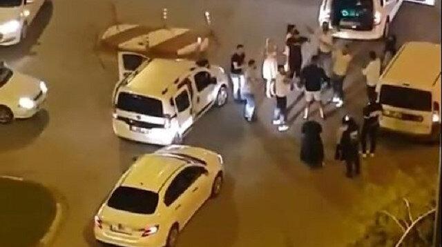 Antalya'da kavşağı trafiğe kapatıp erik dalı oynadılar