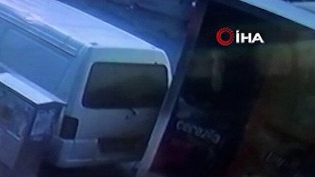 Sultangazi'de freni boşalan kamyonet park halindeki araca çarptı