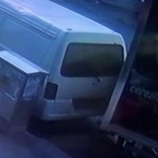Sultangazide freni boşalan kamyonet park halindeki araca çarptı