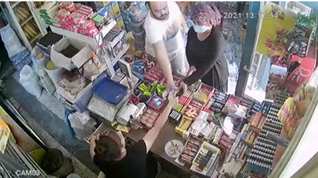 Adana'da market sahibinin tırnakçılık şüphelisini yakaladığı an kamerada
