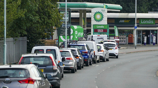İngiltere'de akaryakıt kaosu: Sürücüler istasyonlara akın etti üçte biri tükendi