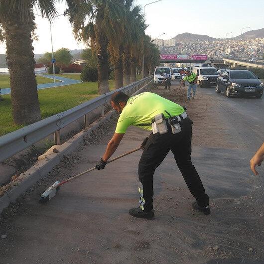 İzmirde yola dökülen molozları trafik polisleri kürekle temizledi