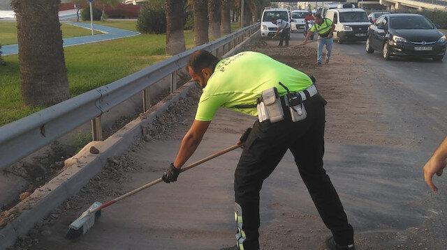 İzmir'de yola dökülen molozları trafik polisleri kürekle temizledi