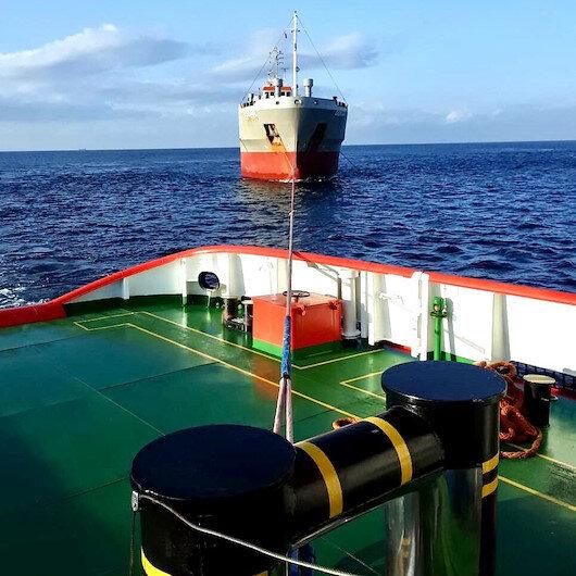 Makine arızası yapan yük gemisi Ahırkapı'ya çekildi