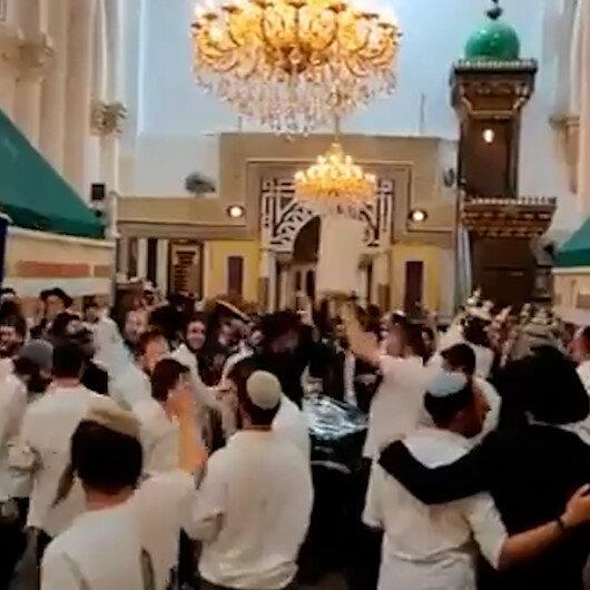 İsrailli Yahudi yerleşimciler İbrahim Mescidini basıp cami ortasında dans etti