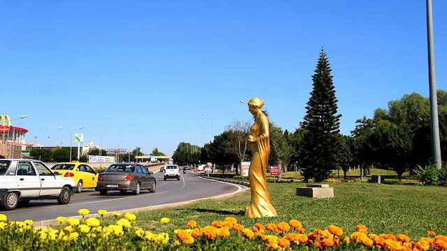 CHP heykele doymuyor: Altın Portakal Film Festivali için şehrin her yerine 58 heykel diktiler