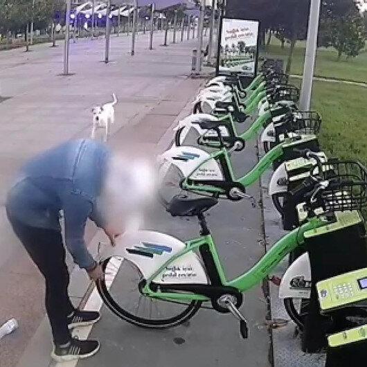 Kiralık bisikletlerin tekerlerini birer birer böyle patlattı