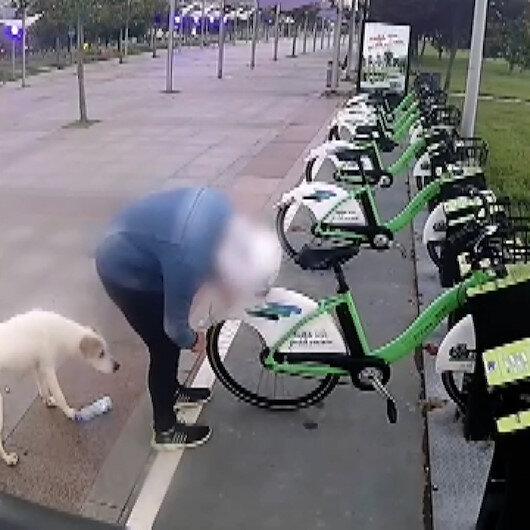 Kocaeli Sekaparktaki bisikletlerin lastiklerini bıçakla tek tek patlatan kişi kamerada