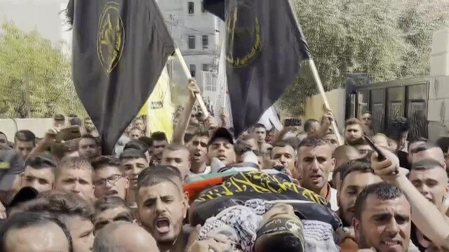 İşgalci İsrail askerlerince şehit edilen 22 yaşındaki Filistinli genç son yolculuğuna uğurlandı