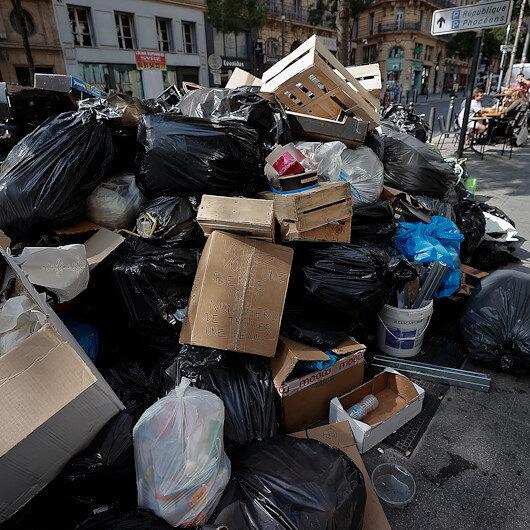 Fransada grev nedeniyle sokaklar çöp yığınlarıyla doldu