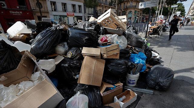 Fransa'da grev nedeniyle sokaklar çöp yığınlarıyla doldu