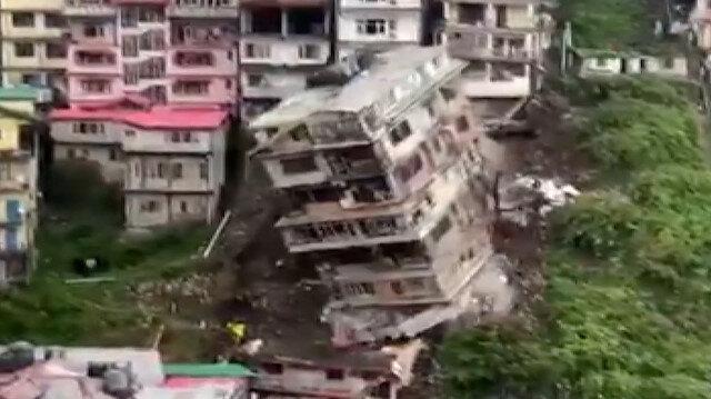 Hindistan'da toprak kayması nedeniyle yıkılan bina kamerada