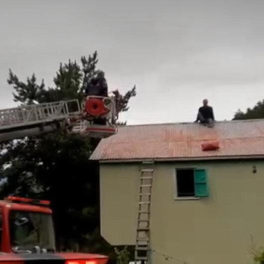 Onarmak için çıktığı çatıdan inemeyen adamı itfaiye ekipleri kurtardı