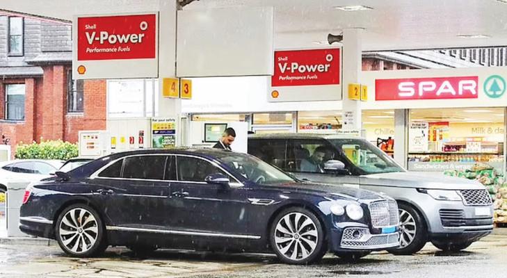 Ünlü Portekizli futbolcunun lüks otomobili için 6 saat 40 dakika benzin beklendi ancak tek damla alınamadan geri dönüldü.