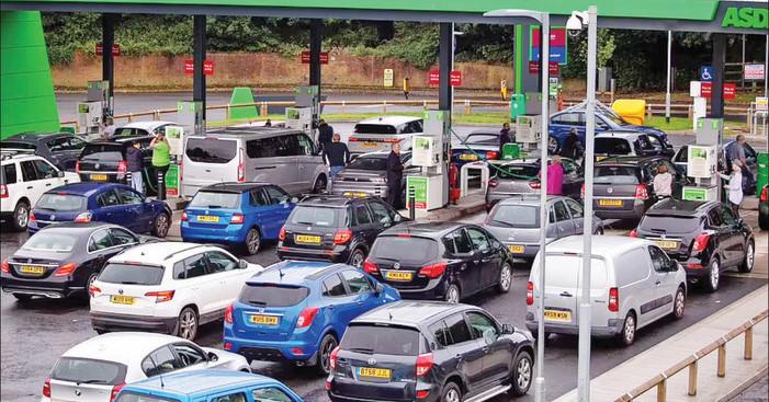 İngiltere'de akaryakıt istasyonlarının dörtte birinde benzin kalmadı.