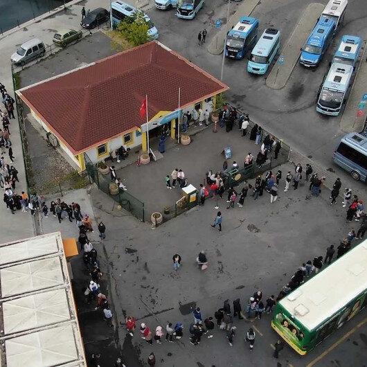 Kadıköyde öğrencilerin İETT kart çilesi: Saatlerce yağmur altında beklediler