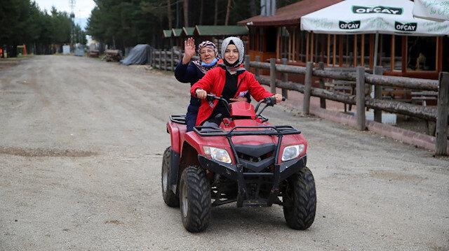 Yaşlılar Günü etkinliğine katılan kadınlar doyasıya eğlendi