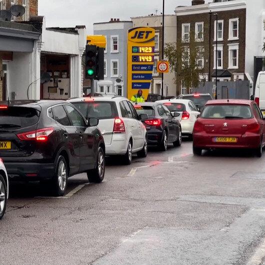 İngilterede yakıt krizi devam ediyor: Benzin istasyonları önünde uzun kuyruklar oluştu