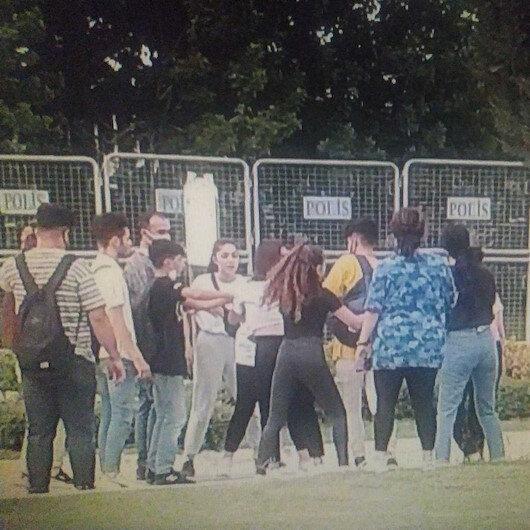 Adanada liseli öğrenciler okul çıkışı parkta yumruk yumruğu kavga etti