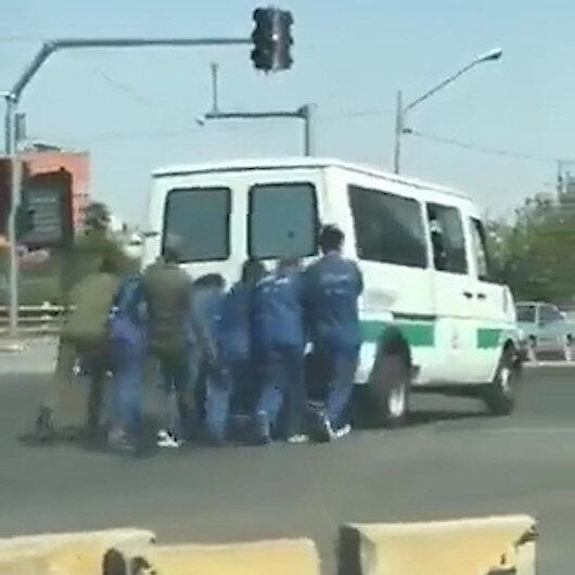 İranda yolda kalan cezaevi aracını mahkumlar ittiler