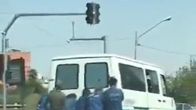 İran'da yolda kalan cezaevi aracını mahkumlar ittiler
