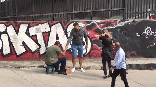 Turistleri 'fırça düşürme numarası' ile kandıran boyacılar yakalandı