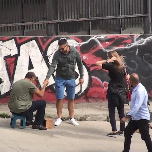 Turistleri fırça düşürme numarası ile kandıran boyacılar yakalandı
