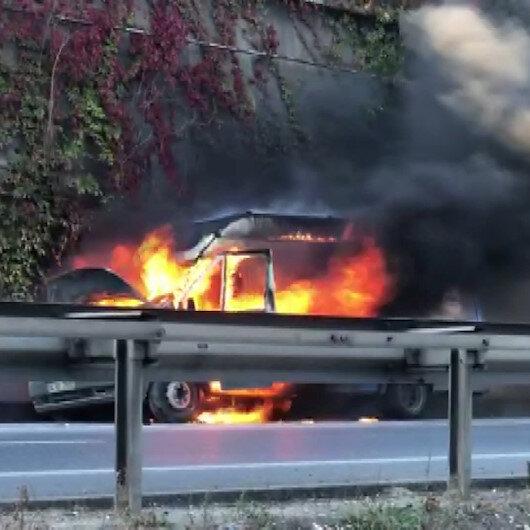 Bağcılar'da kargo minibüsü alev alev yandı