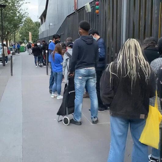 Fransada üniversite öğrencileri uzun kuyruklar oluşturdu: 7 kiloluk yardım paketi için bekliyorlar