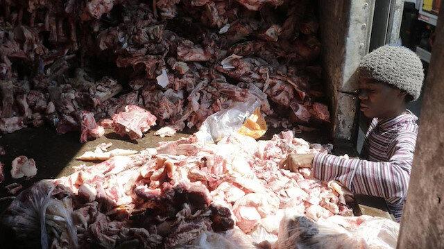 Brezilya'da açlık krizinin boyutunu gün yüzüne çıkaran fotoğraf: Hayvan leşleri arasında yemek bulmaya çalışıyorlar