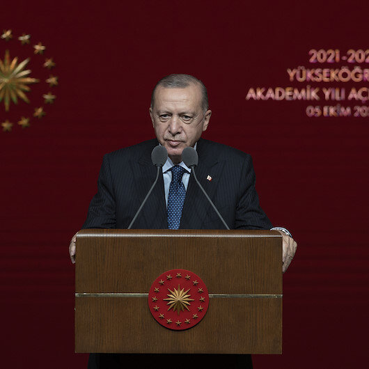 Makam aracının tepesine çıkan öğrencilere Cumhurbaşkanı Erdoğandan tepki: Böyle öğrenci olmaz