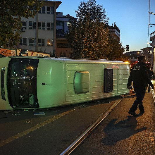 Güngörende servis minibüsü tramvay yoluna devrildi
