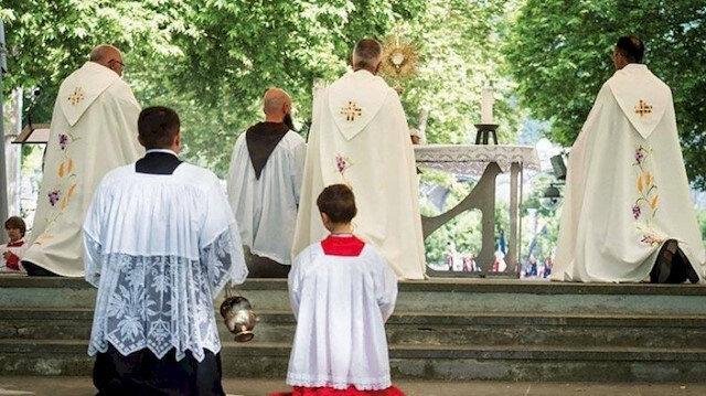 Fransa'da kilisedeki çocuk istismarı skandalı Avrupa manşetlerinde:  Bedel ödemek zorundalar
