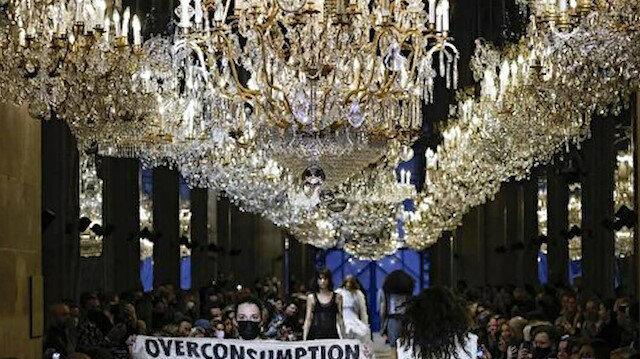 Louis Vuitton defilesinde protesto: Aşırı Tüketim Eşittir Yok Oluş