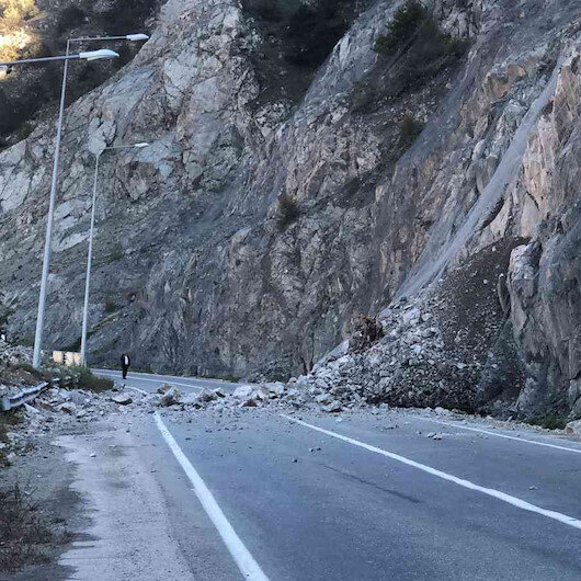 Artvin-Erzurum karayolunda heyelan: Yol trafiğe kapandı