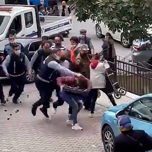 Kağıthanede zabıta memurundan kendisine tekme atan seyyar satıcıya saldırı