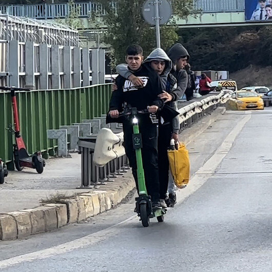 Kadıköyde pes dedirten görüntü: Scootera 3 kişi binen gençler tehlike saçtı