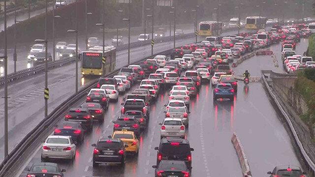 İstanbul'da yağmur yüzünü gösterdi trafik kilitlendi