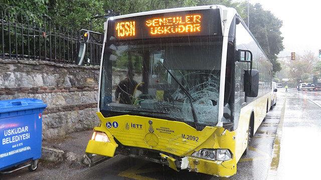 Üsküdar'da İETT otobüsüyle otomobil kafa kafaya çarpıştı