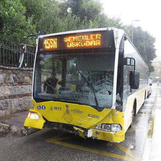 Üsküdarda İETT otobüsüyle otomobil kafa kafaya çarpıştı