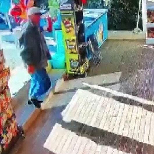 Antalyada market kirlenmesin diye çamurlu ayakkabılarını çıkarıp çoraplarıyla içeri girdi